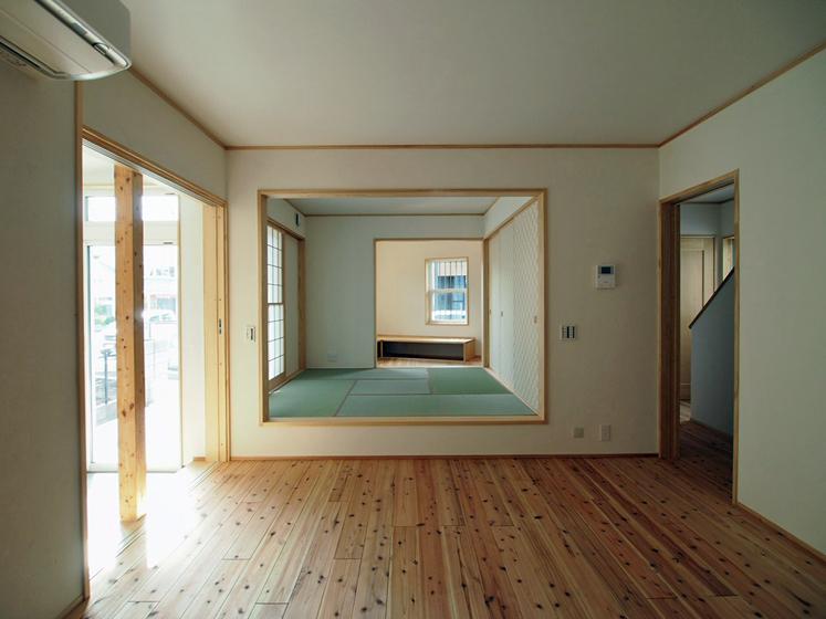 キッチンカウンターから見た食堂と小上りの畳コーナー