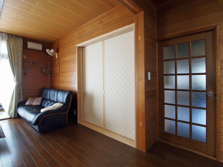 今回の改修で設けた巾一間の片引戸、戸襖を引くと多目的室に繫がる