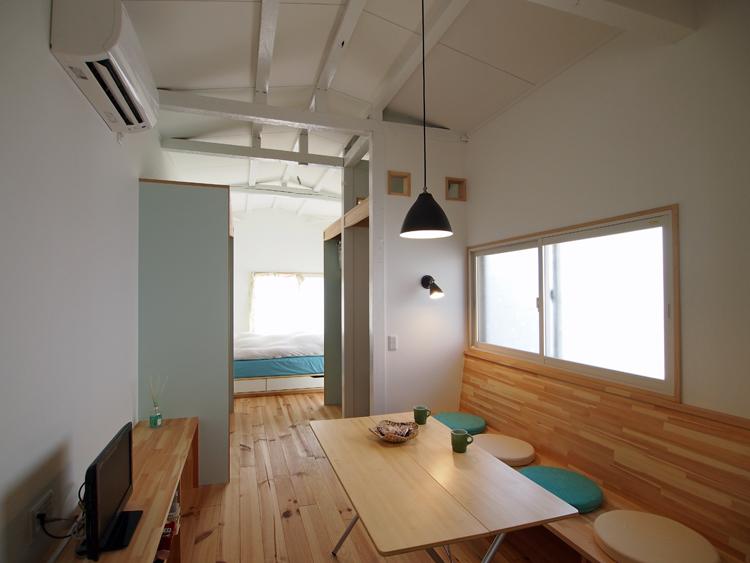リフォーム後:食堂+居間、ベンチとTV棚は造り付けてコンパクトにまとめました