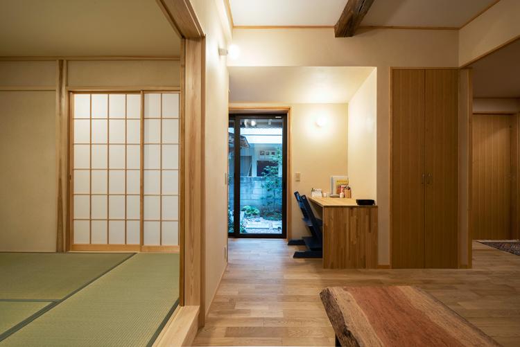 和室は居間から段差18cmの小上がりになっている