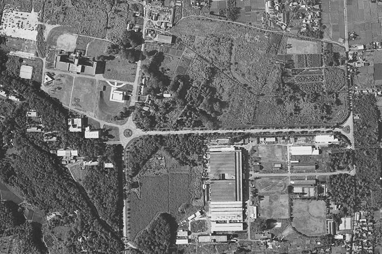 1961年撮影(国土地理院HPより)ICU開学後。本館を4階建てに増築、大学礼拝堂(増築)、図書館が竣工し、芝生広場に面する建物が整ったのがわかる