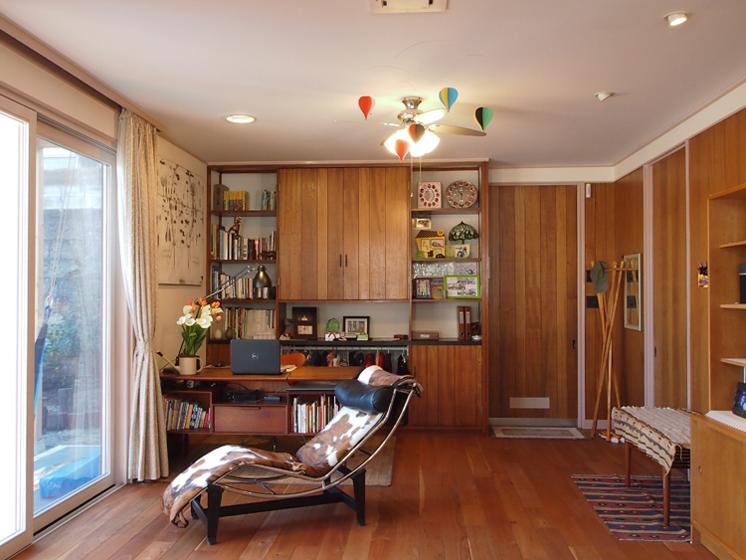居間に設けた書斎コーナー:造作家具と置き家具がしっくりとマッチしている