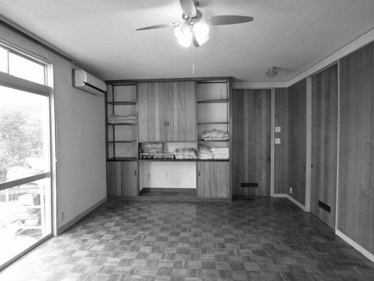 改修前の居間:奥の造作家具は取外し、耐震補強後再設置した