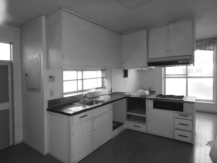 改修前のキッチン:造作家具を残したかったが、床下が腐朽していたので撤去