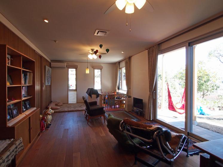 居間は子供スペースとなっている。開口部は断熱能の高い窓に改修(掃出し窓はアイランドプロファイル)。