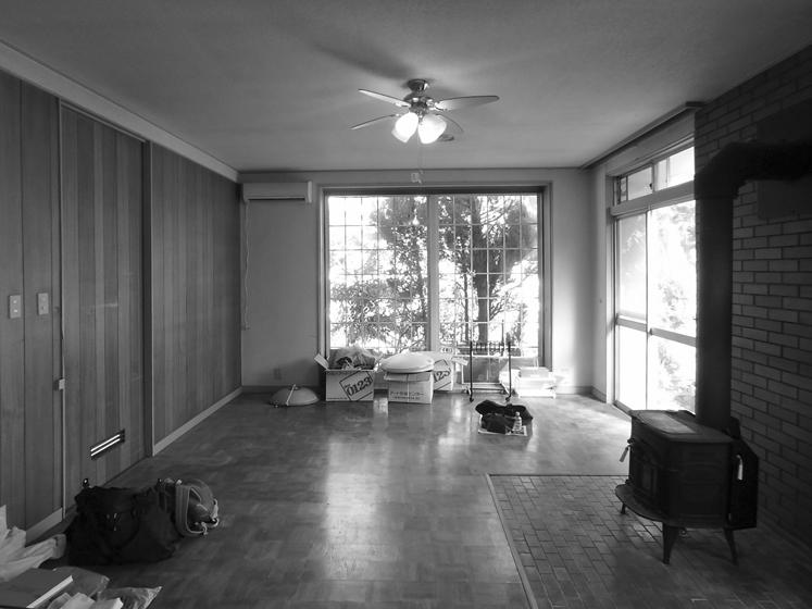 改修前の居間:右側の巻ストーブは床下で基礎が崩壊していたため、撤去した。