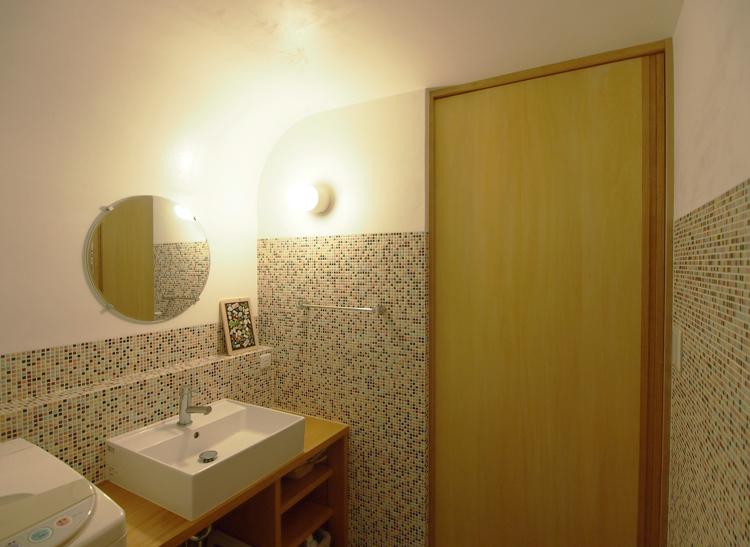 モザイクタイルの腰壁と漆喰の空間、カウンターは松材でつくりました