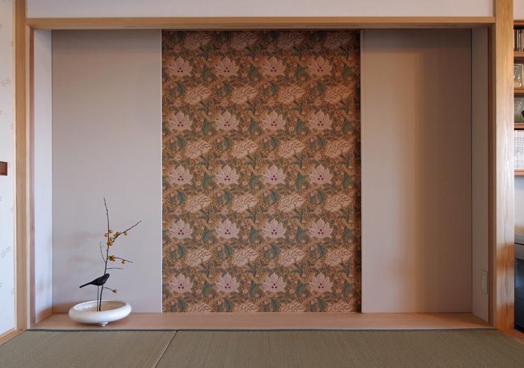 床の間の襖戸を開けると、ウィリアムモリスのWindrushの壁紙。LDKを華やかに演出します。