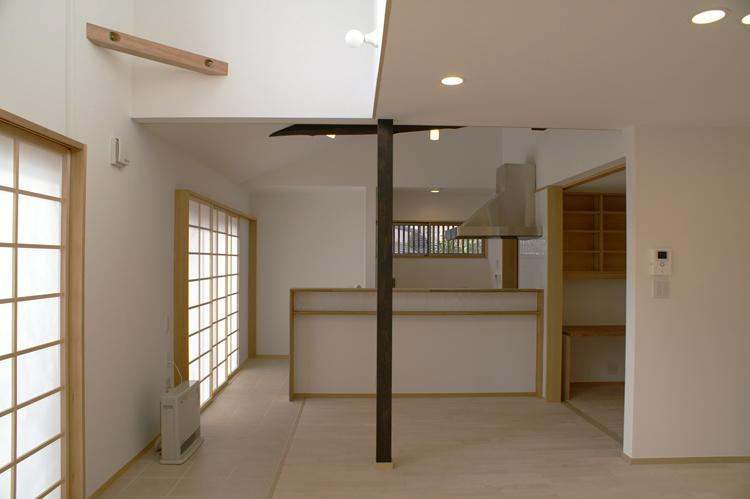部屋内に露出する既存架構は着色し、アクセントとして取り入れた。