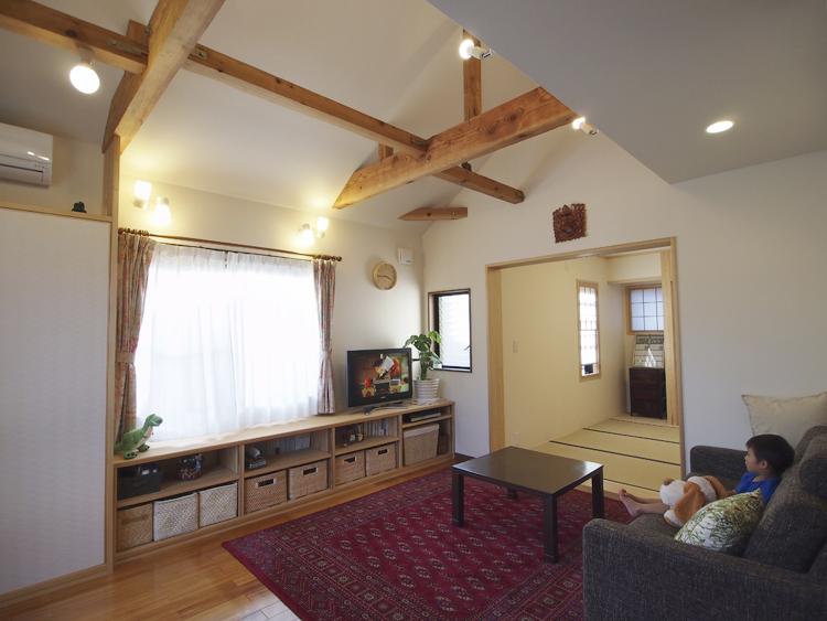 2階 寝室を居間に改修 奥にあった納戸は増築して和室に