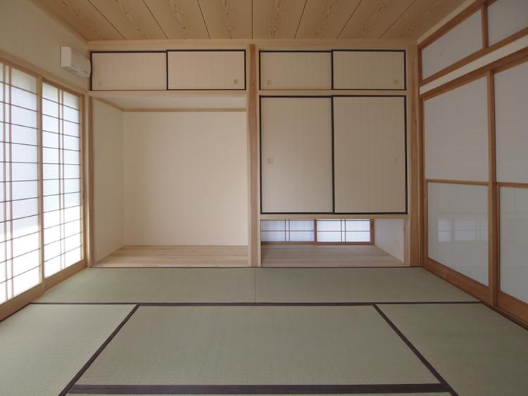 増築した和室、左が箪笥置場、左は通風のための地窓。
