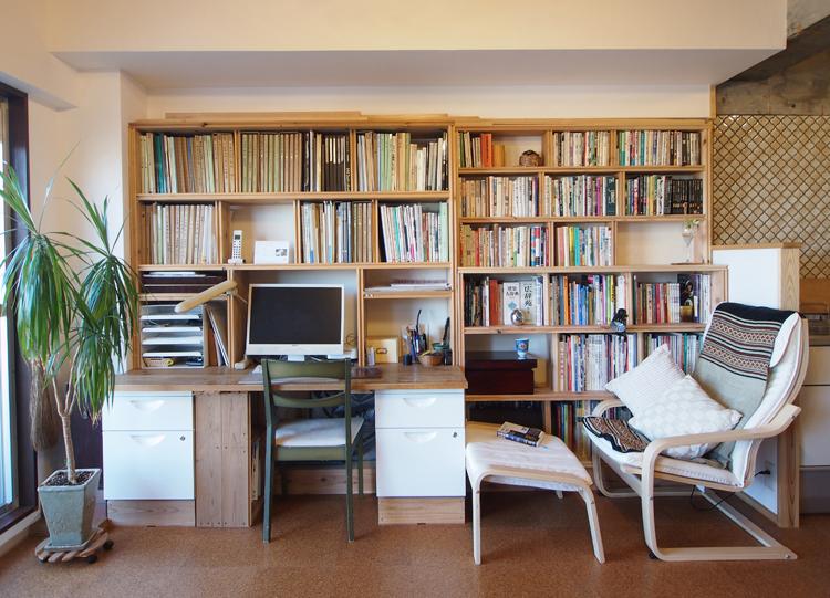 机の横にイングルヌックのような、くつろぎのライブラリーができました。