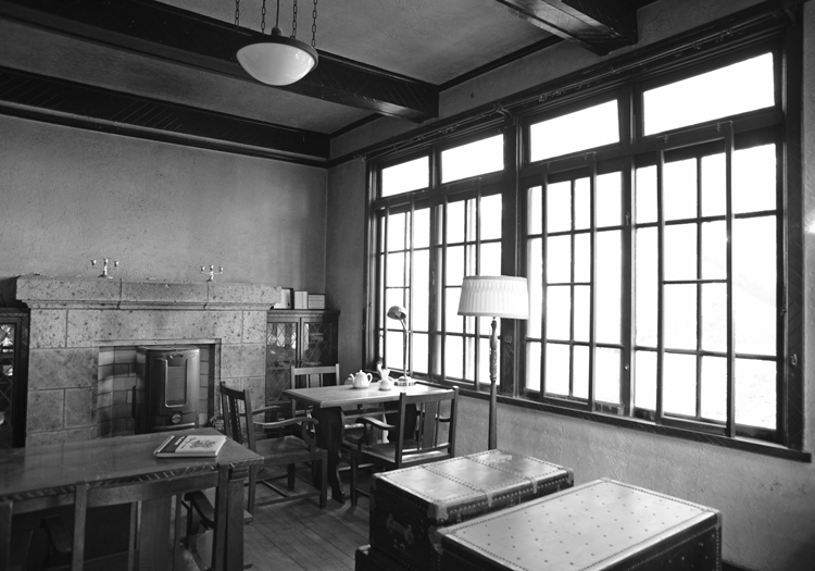 居間、正面の壁には大谷石積みの暖炉がある 撮影:伊藤龍也