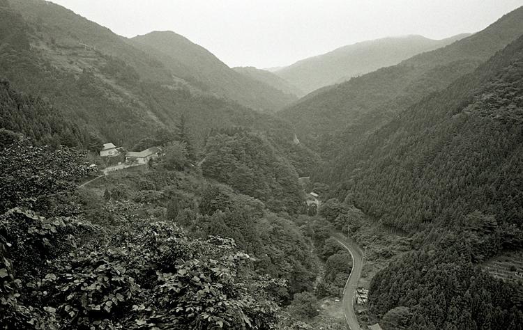倉掛方面からの小学校の眺め、学校への自動車道が着工する前の様子(昭和50年代後半)、撮影:岩月一敏