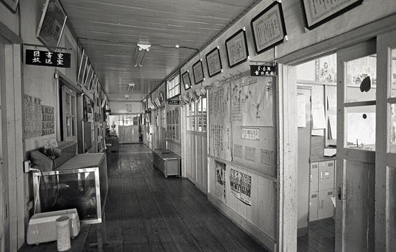 小学校時代の中廊下(昭和50年代後半)、撮影:岩月一敏