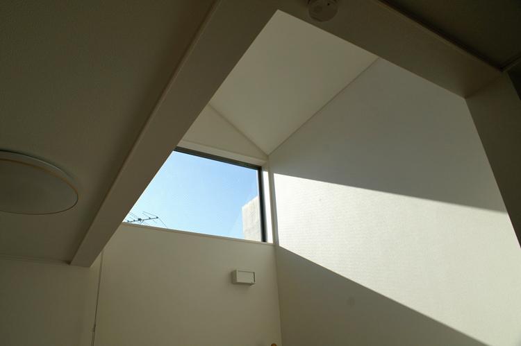 2階の吹き抜けから太陽の光が差し込む
