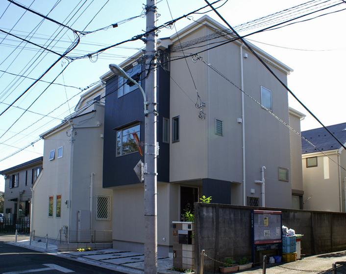 北側道路の狭小住宅でも、窓の配置の工夫で快適にできます