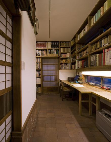 格子引戸の右側を入ると事務所、床は煉瓦敷きの土間