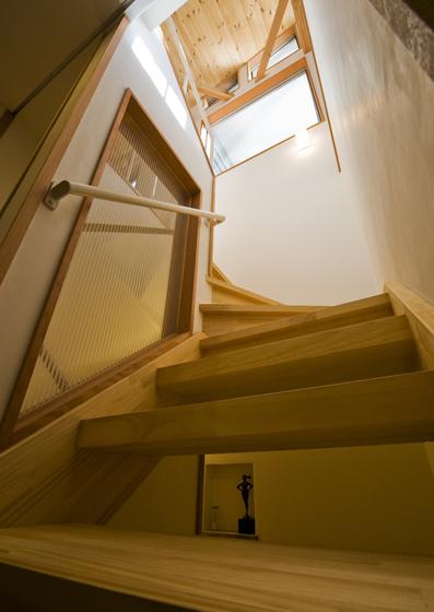 燃え代設計で木製のストリップ階段を実現、ほのかな明かりが下階に降りてくる