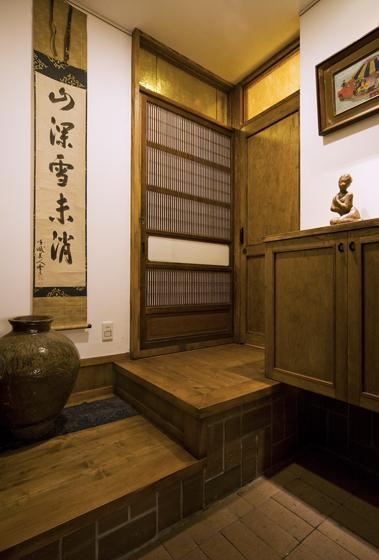 格子引戸の左を入ると住宅の玄関