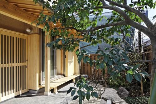 月とうさぎの家/瓦と格子の織りなす純和モダン住宅