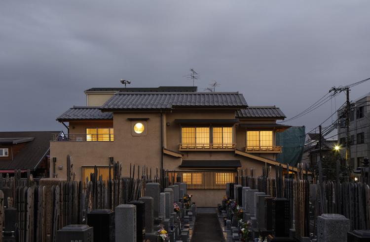 隣のお寺の墓地からの眺め