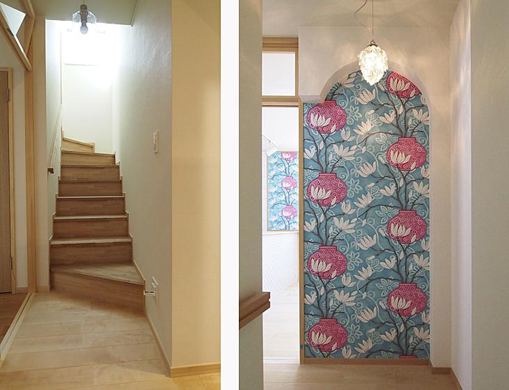 1階階段・廊下:自然光がはいるように工夫しました。3階子世帯入口:人を迎える表情をつくりました。壁紙はマリスカ・メイヤーデザイン。