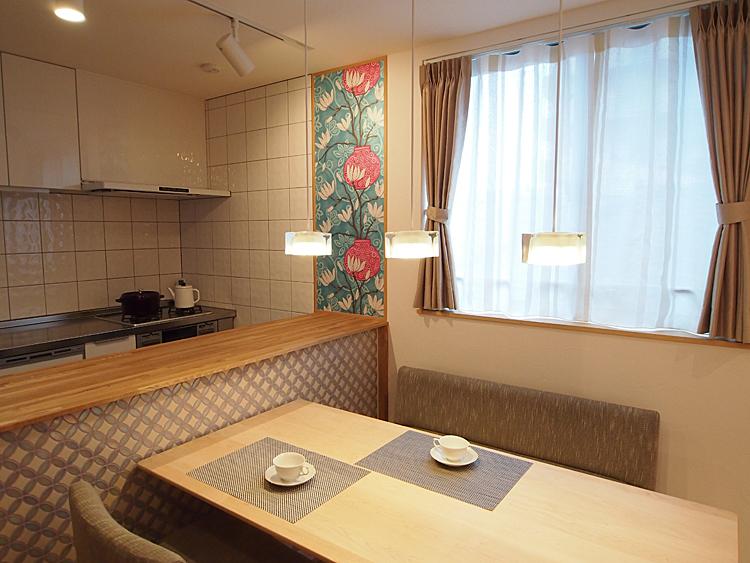 3階子世帯:キッチンとダイニングスペース。テーブルの脇は収納カウンター