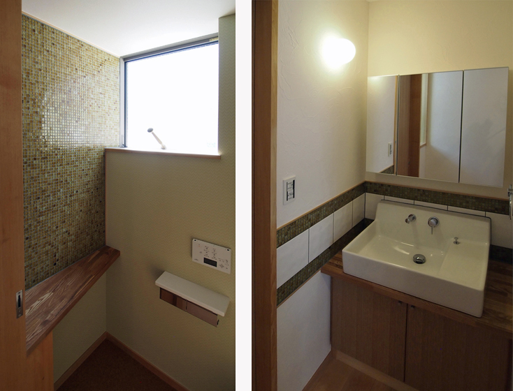 子世帯:トイレはガラスモザイクの透明感を活かしました。洗面所はモザイクタイルをボーダーで使いました。